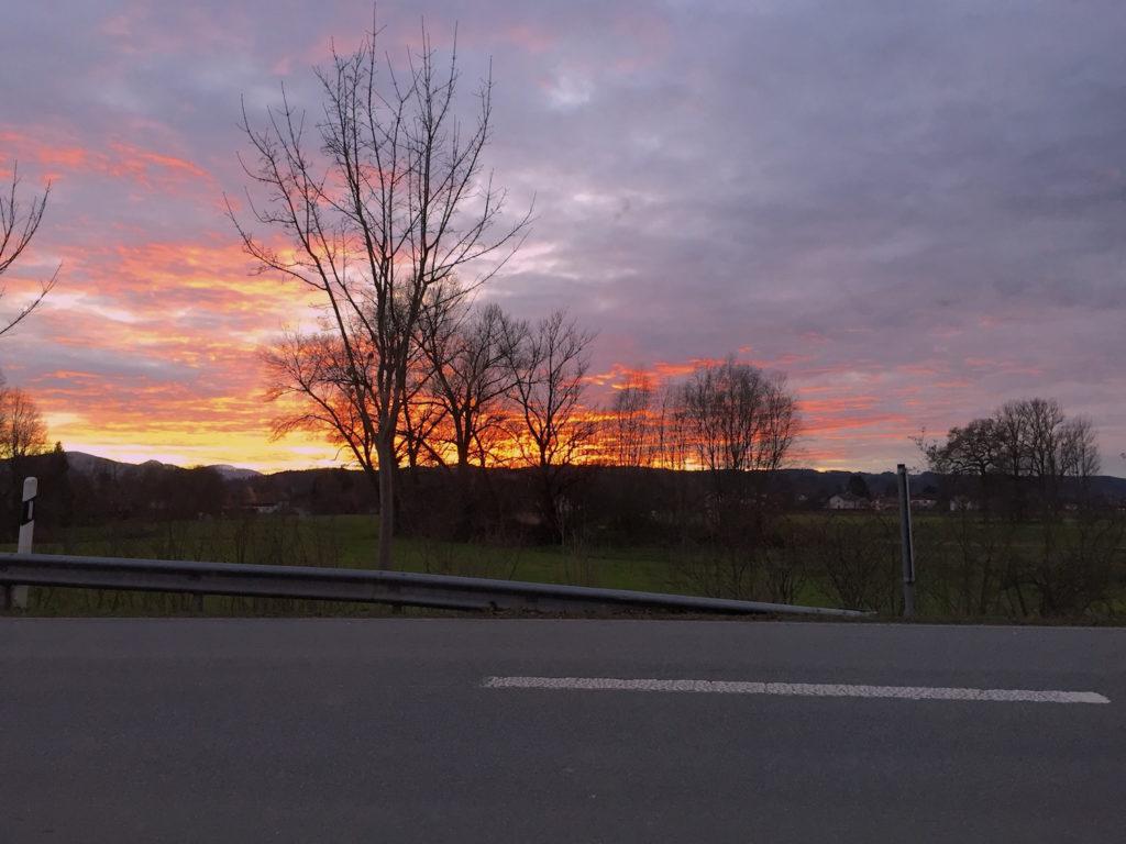 Sonnenuntergang an der Hauptstraße.