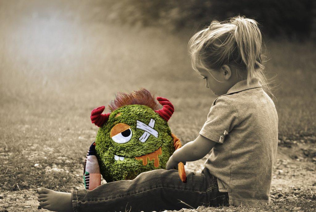 grünes Monster, kleines Mädchen