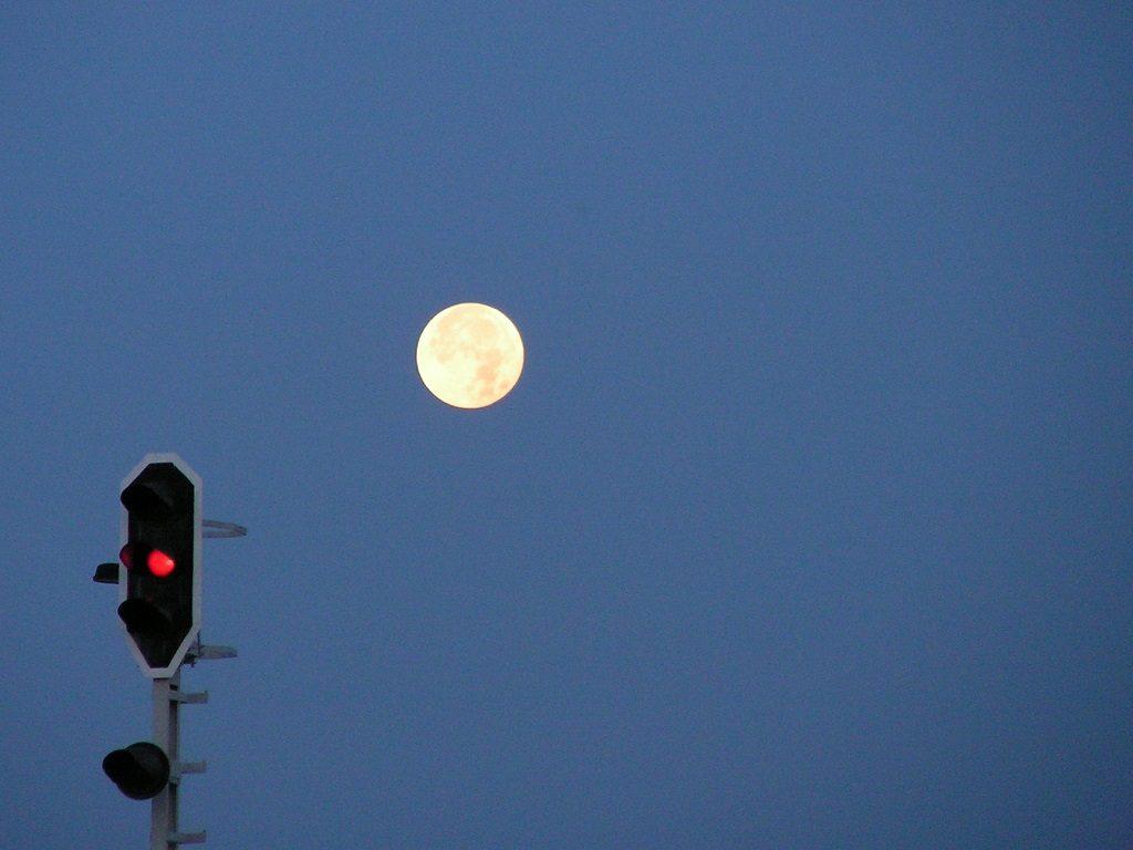 Mond und Signallicht, Stille, Nacht