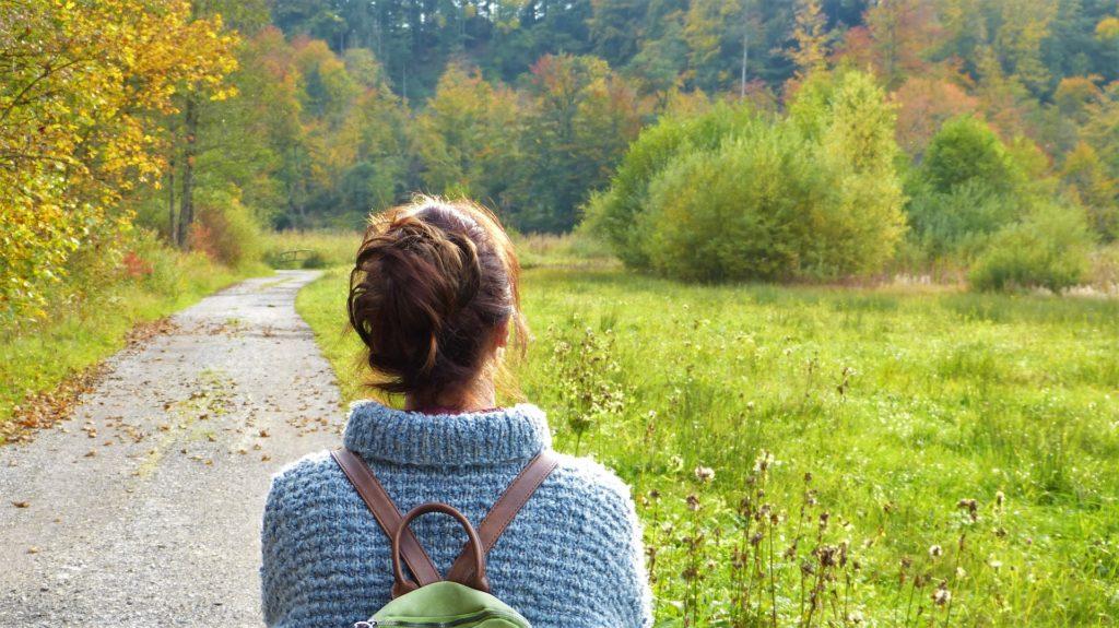 Frau am Waldweg
